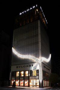 ブルガリ銀座タワー「セルペンティ」のイルミネーションがクリスマスカラーに!